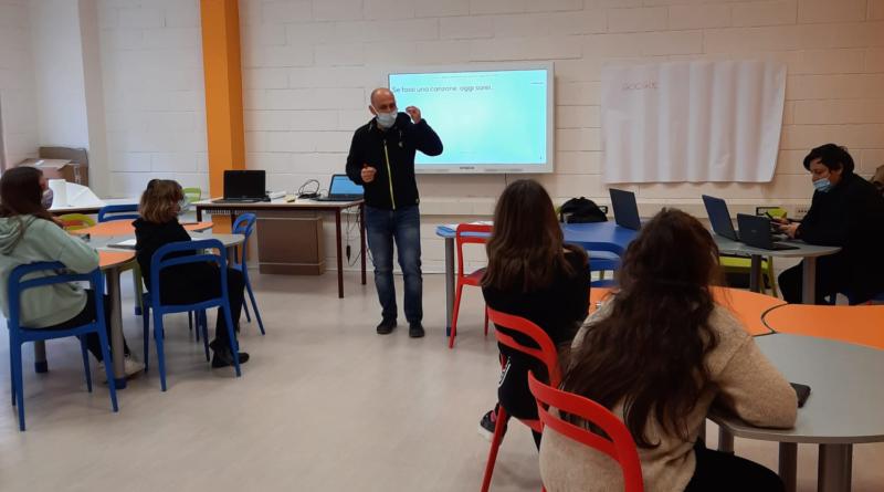 Il docente di COOP21 Ruben Caliandro spiega in classe